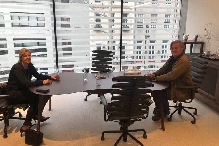 A economista e diplomata argentina Cynthia Hotton se encontra com Steve Bannon, ex-estrategista de Donald Trump