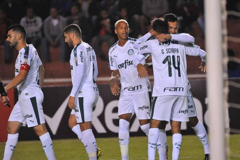 O zagueiro paraguaio Gustavo Gómez (à dir.) abraça Gustavo Scarpa na comemoração do primeiro gol do Verdão contra o Melgar, em Arequipa