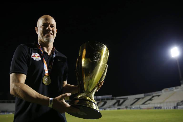 O técnico Antônio Carlos Zago segura a taça de campeão do interior do Paulista, que venceu com o Red Bull Brasil; clube assume a gestão do Bragantino, e Zago será o comandante