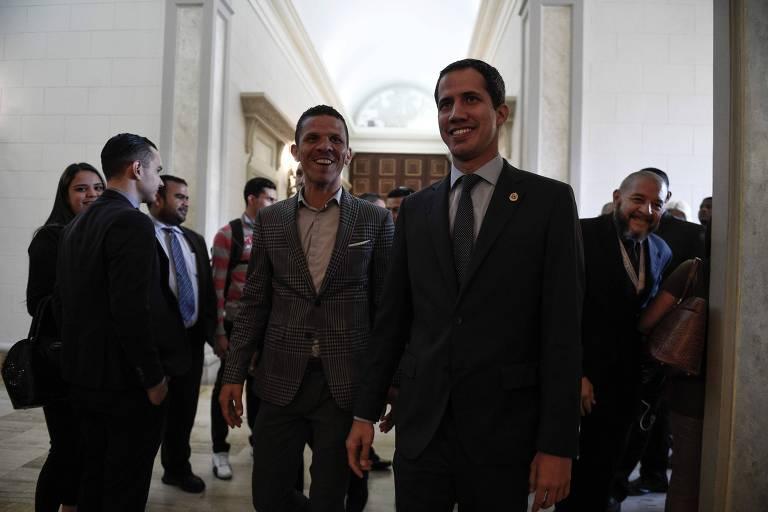 Gilber Caro e Juan Guaidó antes de uma sessão da Assembleia Nacional no início de abril