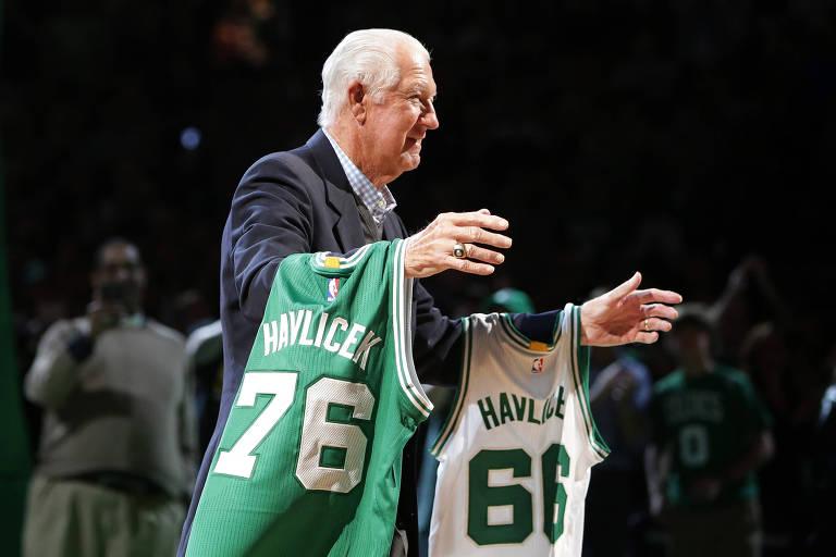 O ex-jogador John Havlicek é homenageado no intervalo do jogo do Boston Celtics contra o Miami Heats em 2016
