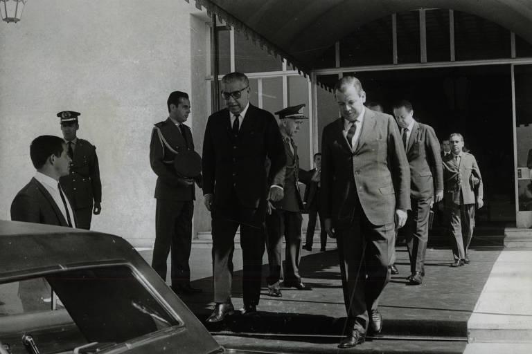 O presidente Arthur da Costa e Silva deixa o Palácio dos Bandeirantes acompanhado de Abreu Sodré, governador de São Paulo. (1969-Folhapress)