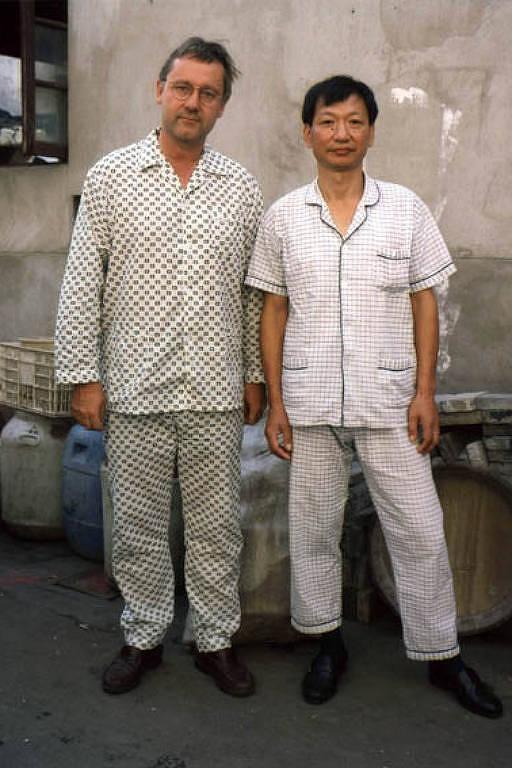 O fotógrafo alemão Michael Wolf posa, de pijama, com um homem em Shangai, na China