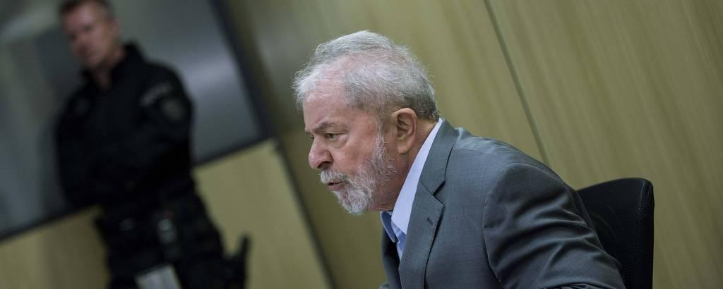 O ex-presidente Lula, em entrevista na Polícia Federal, em Curitiba