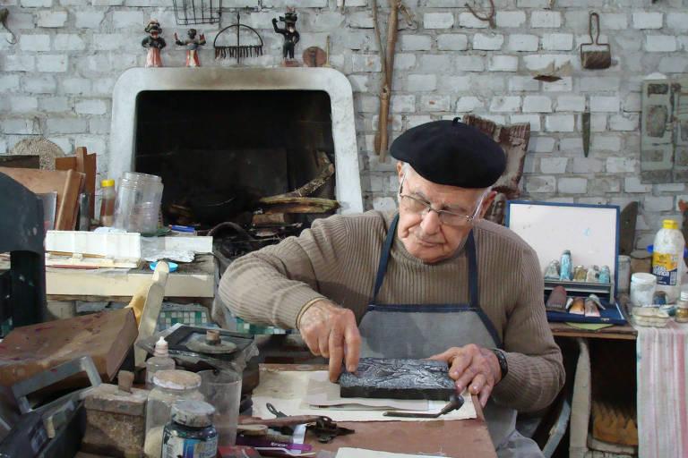 """Artista Danúbio Gonçalves durante gravação de documentário """"Danúbio"""" (2010), dirigido por Henrique de Freitas Lima, sobre sua vida e obra"""
