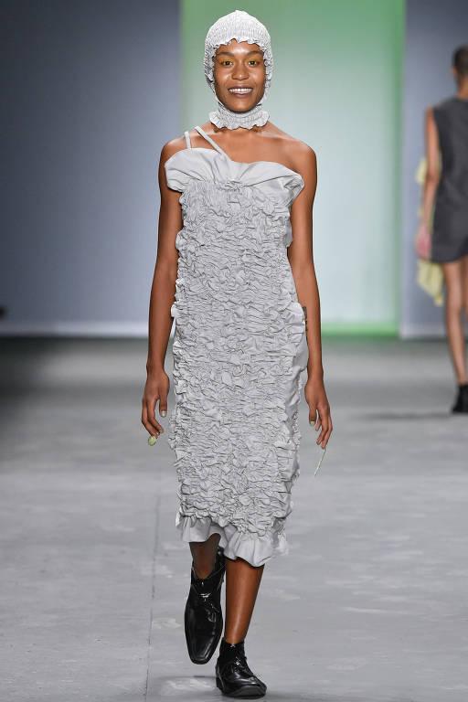 Modelo desfila pela grife Ão nesta sexta-feira, na São Paulo Fashion Week