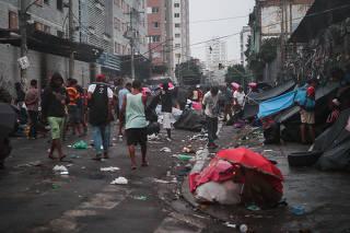 Movimentação de usuários de drogas na cracolândia na alameda Glete, em SP