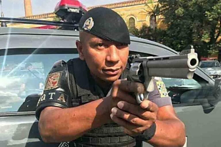 Foto mostra um policial negro, de boina, apontando uma arma, diante de um carro da Rota; é o cabo Daniel Gonçalves Correa, assassinado em Santos no dia 25 de abril de 2019