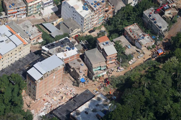 Vista aérea de prédios que caíram na Muzema, região controlada por milícias