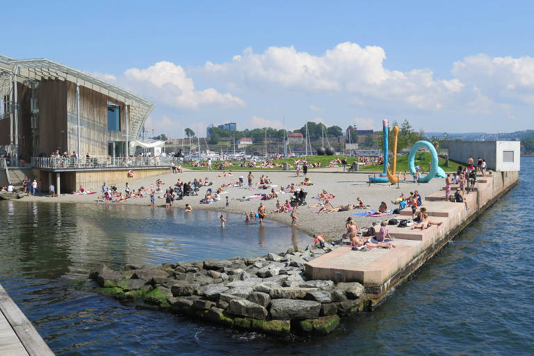 A city beach at Tjuvholmen near the centre of Oslo