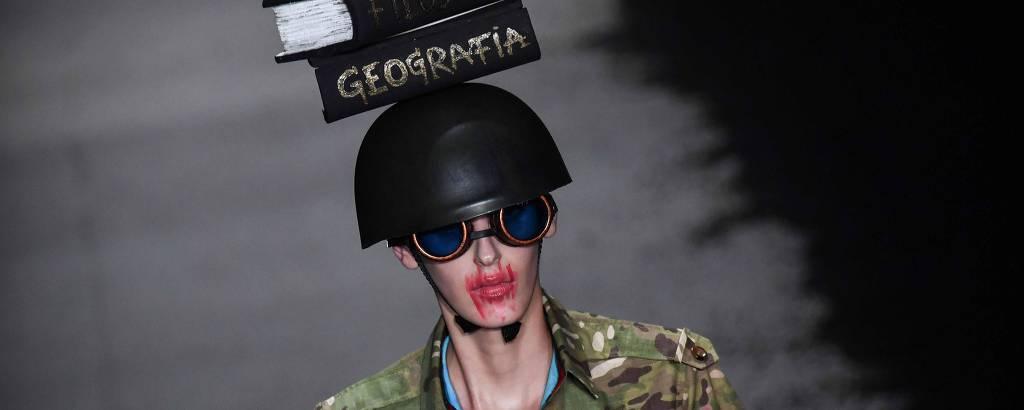 Modelo apresenta criação de Ronaldo Fraga durante a São Paulo Fashion Week, em abril de 2019