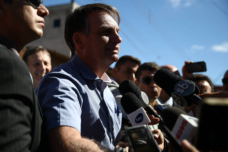 O presidente Jair Bolsonaro fala com a imprensa na cidade Estrutural, em Brasília, após visitar a menina Yasmin Alves