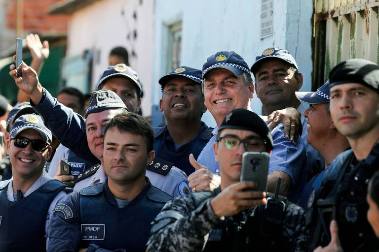 O presidente Jair Bolsonaro posa para foto com policiais do Distrito Federal