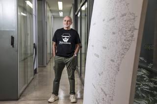 *** Especial Cifras & Moda***Retrato de Nelson Alvarenga  junto ao mapa do Brasil que decora entrada do escritorio de  moda da InBrand (no bairro de  Santo Amaro)  que comanda  grifes como Ellus, Bobstore, Mandi, Richards, Salinas e VR.