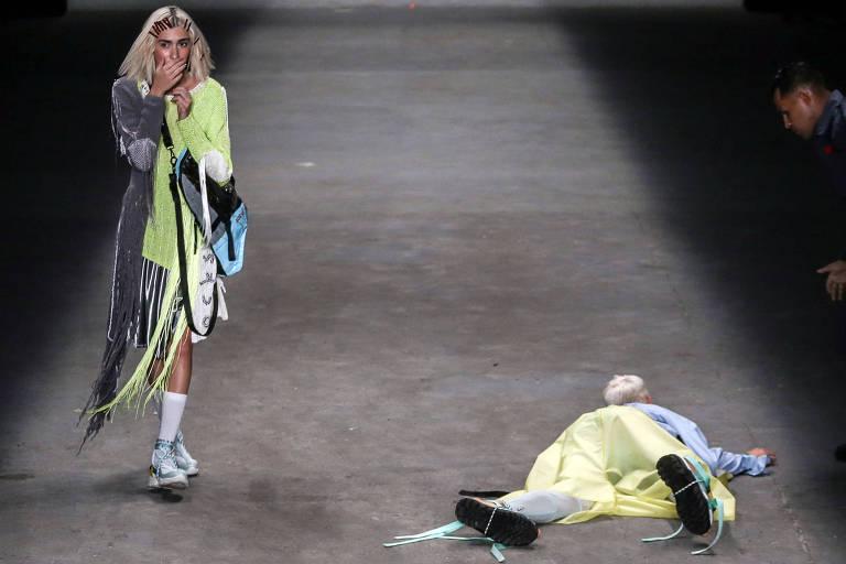 Modelo da grife Ocksa reage ao ver Thales Soares desmaiar durante desfile na SPFW