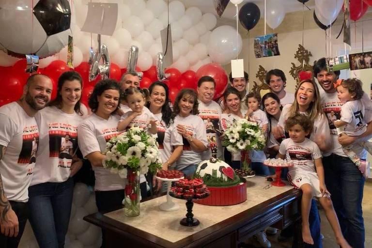 Alexandre Pato comemora reestreia no São Paulo na casa do sogro corintiano, Silvio Santos