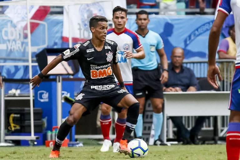 O meia Pedrinho arma jogada diante do Bahia, na Arena Fonte Nova, em Salvador; o garoto abriu o placar da partida