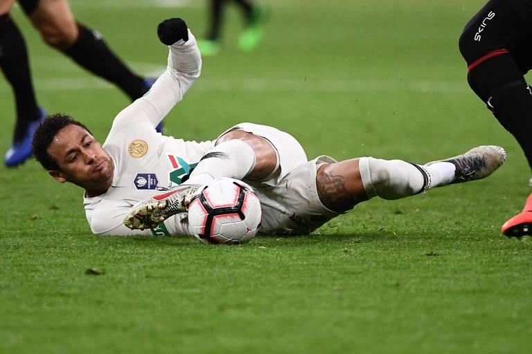 Neymar involuiu no PSG e se tornou adolescente rebelde que esmurra torcedores