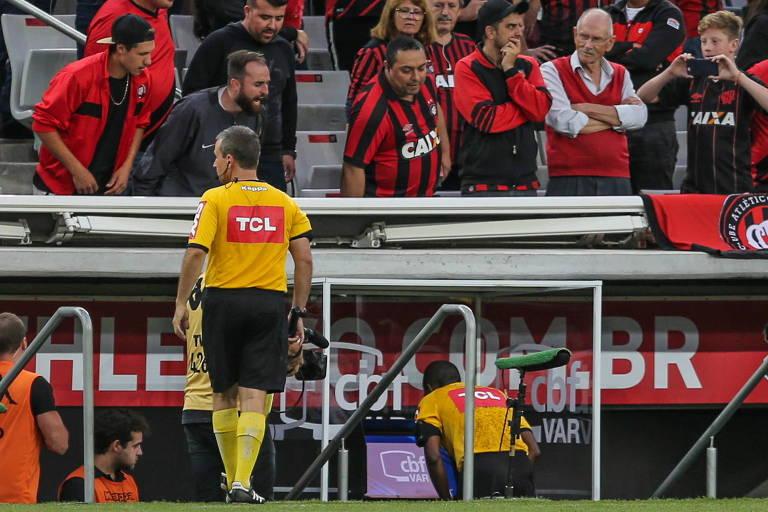 O árbitro Luiz Flávio de Oliveira confere monitor do VAR  durante  partida válida pela primeira rodada do Campeonato Brasileiro 2019, na Arena da Baixada, em Curitiba, neste domingo (28)