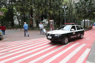 Pedestres em ciclovia