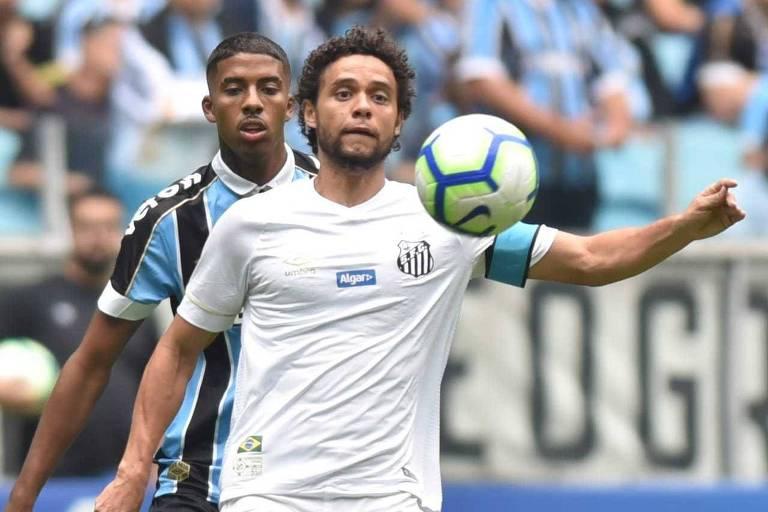 O capitão santista Victor Ferraz domina a bola em frente a marcador gremista no duelo de estreia no Brasileirão
