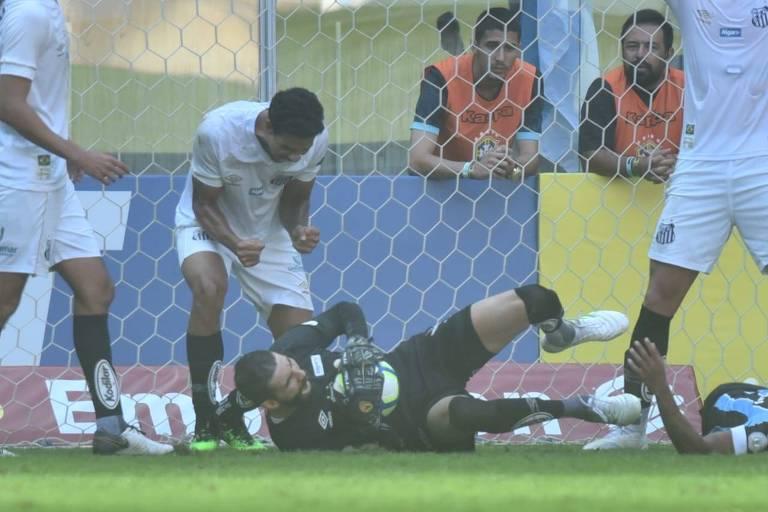 O goleiro Vanderlei faz mais uma defesa difícil no duelo contra o Grêmio, no Sul; ele salvou o Peixe na vitória por 2 a 1