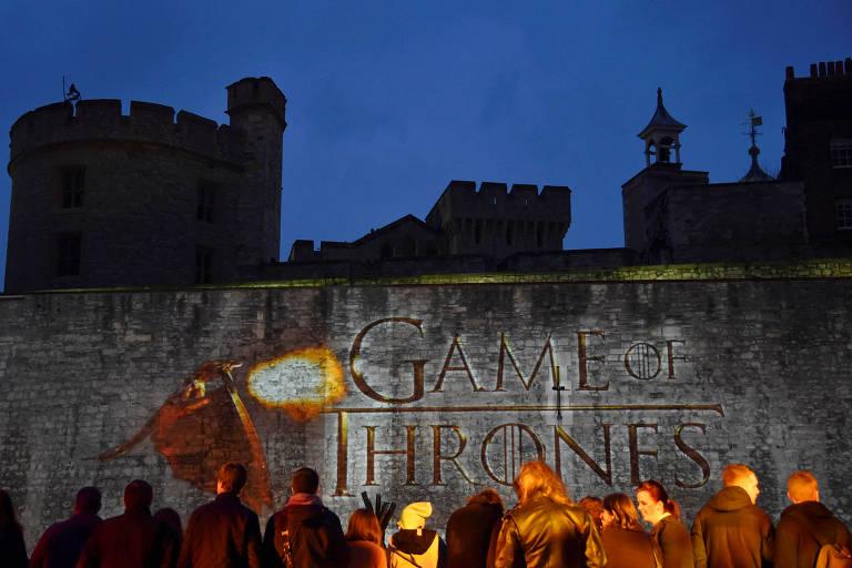 Fãs assistem 'Game of Thrones' na Torre de Londres