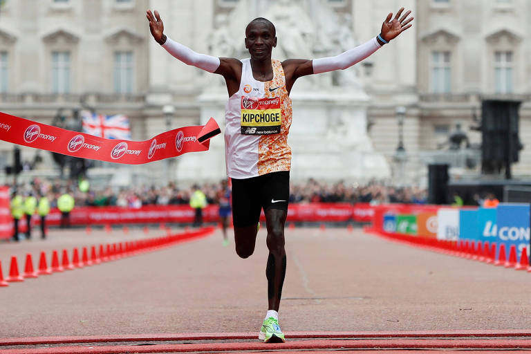 Eliud Kipchoge comemora vitória na maratona de Londres de 2019
