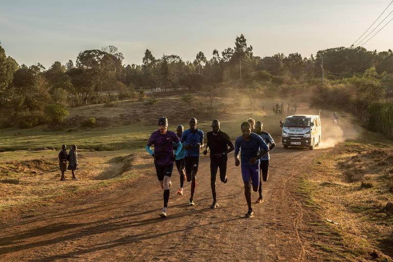 Corredores treinam nas ruas de terra de Eldoret, no Quênia