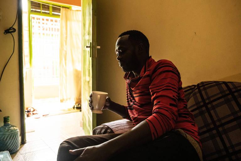 Duncan Kibet, 40, em seu apartamento próximo a Eldoret, no Quênia