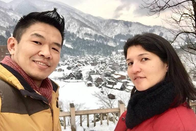 O brasileiro Evandro Oyakawa, com sua esposa, Vanessa, durante viagem a Shirakawa-go