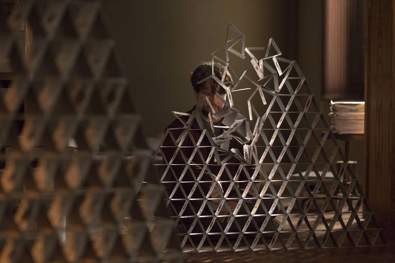 Selton Mello em cena da segunda temporada de 'O Mecanismo', série do Netflix