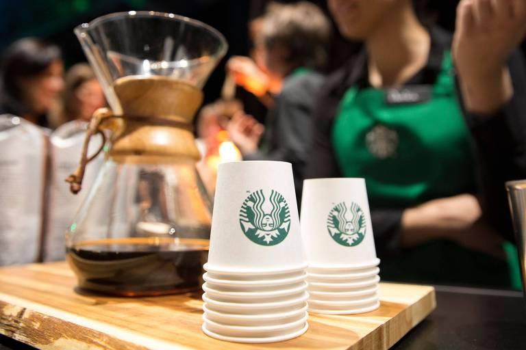 Copos de papel da marca Starbucks