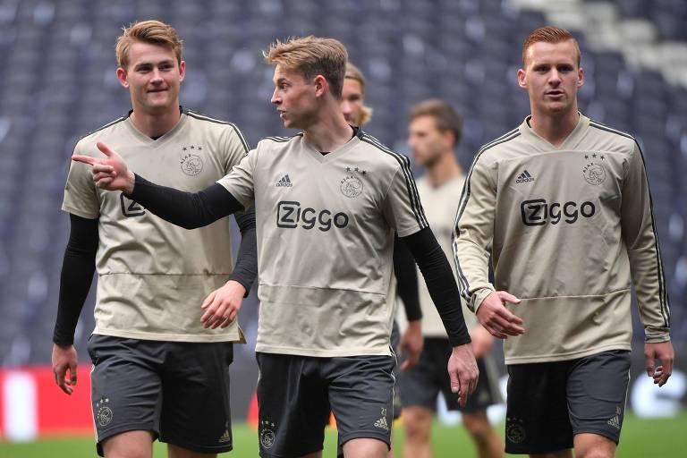 A partir da esquerda: Matthijs de Ligt, 19, Frenkie de Jong, 21, e Dani de Wit, 21, em treino do Ajax antes da semifinal