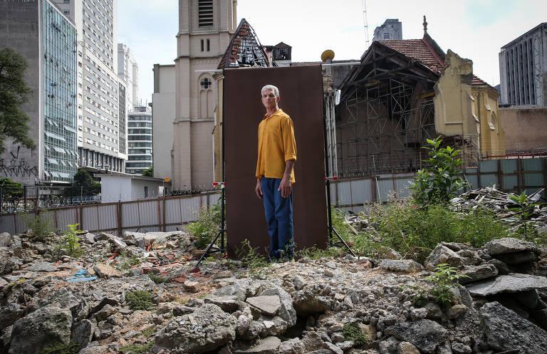 Porteiro Almir da Paixão Cardoso, 56, sobre os escombros do prédio  Wilton Paes de Almeida, no centro de SP