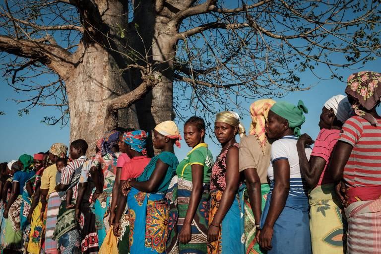 Mulheres em fila para receber ajuda humanitária em Moçambique, após passagem do ciclone Idai