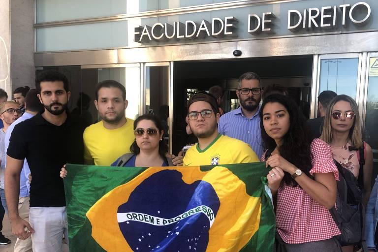 Estudantes brasileiros protestam na entrada da faculdade de direito de Lisboa