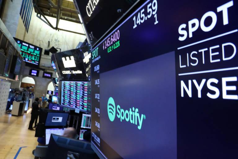 Telas na Bolsa de Nova York (Nyse) mostram cotação de ações do Spotify
