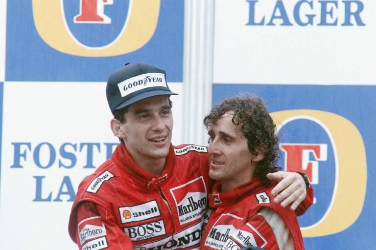Senna e Prost se abraçam no pódio após o título do brasileiro em 1988