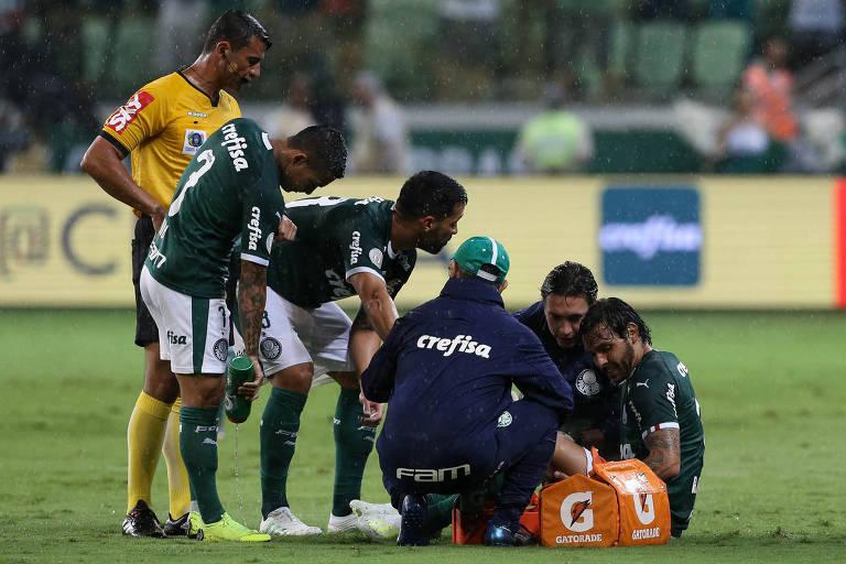Ricardo Goulart é atendido pelo médico do Palmeiras no gramado do Allianz Parque depois de sentir o estalo no joelho direito
