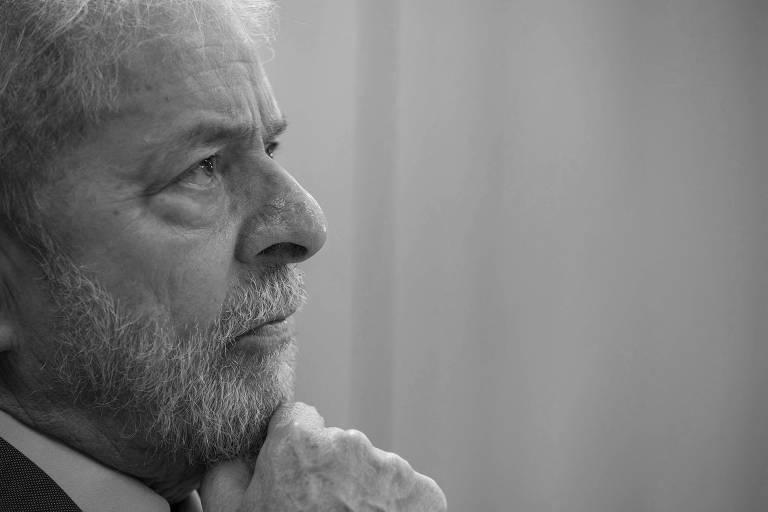 O ex-presidente Lula durante entrevista à Folha, na sede da PF em Curitiba, em abril deste ano