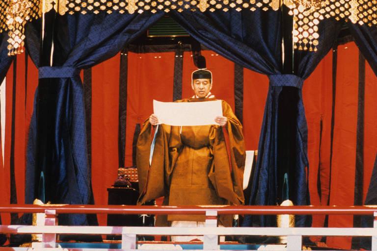 Akihito, com veste tradicional japonesa, durante cerimônia em que se tornou imperador