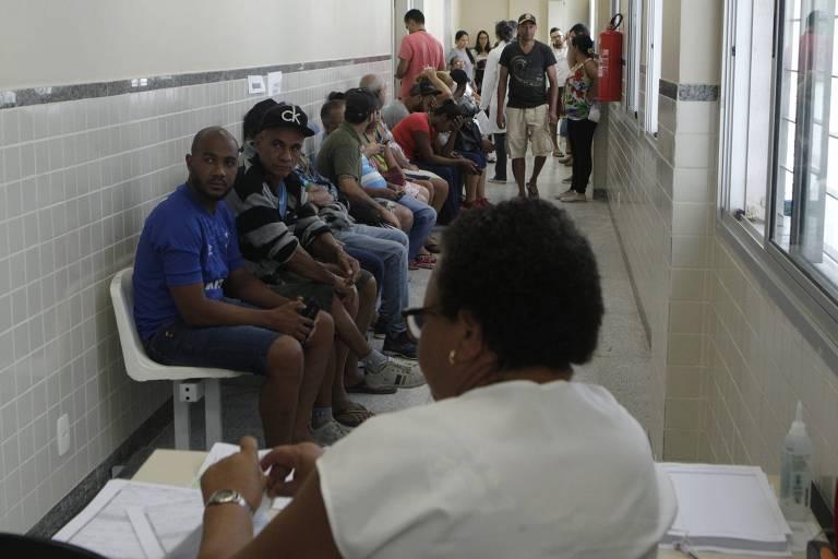 Fila em unidade especial para casos de suspeita de dengue no bairro de Barreiro, em BH