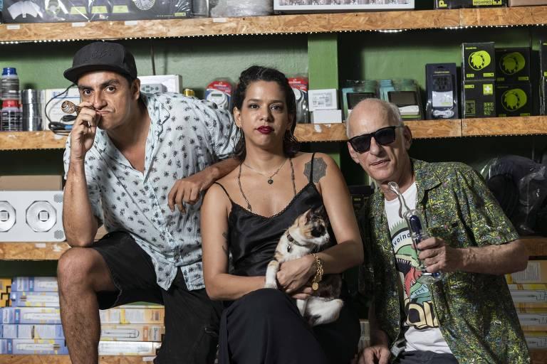 Álvaro Cortez (esquerda), Amanda e Carlos Vignoli, proprietários de growshop na Glória, no Rio, onde parte dos clientes cultiva maconha em casa