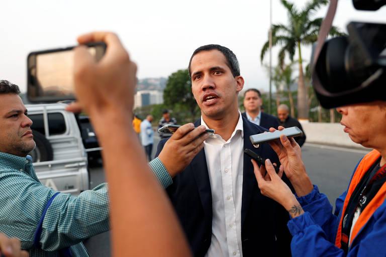 O líder opositor Juan Guaidó fala com a imprensa perto da base aérea La Carlota, em Caracas