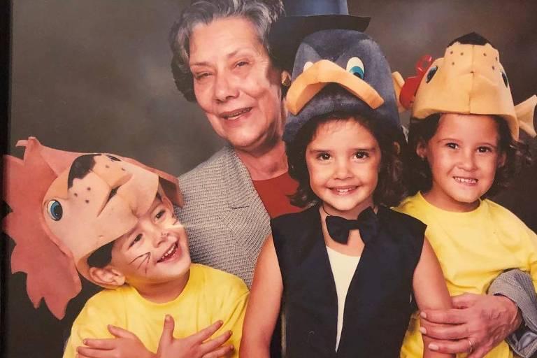 Maria Luiza, mãe de William Bonner, com os netos Vinícius, Beatriz e Laura