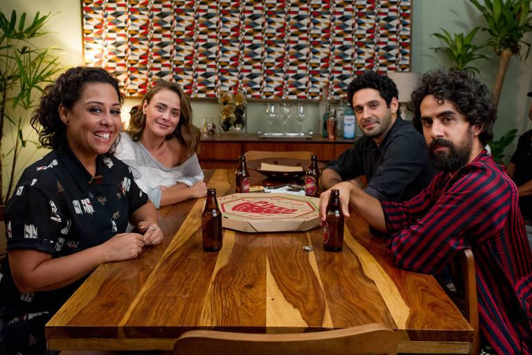 Da esa. para dir., Mila (Evelyn Castro), Lara (Juliana Silveira), Ricardo (João Baldasserini) e Escovão (Renato Livera)