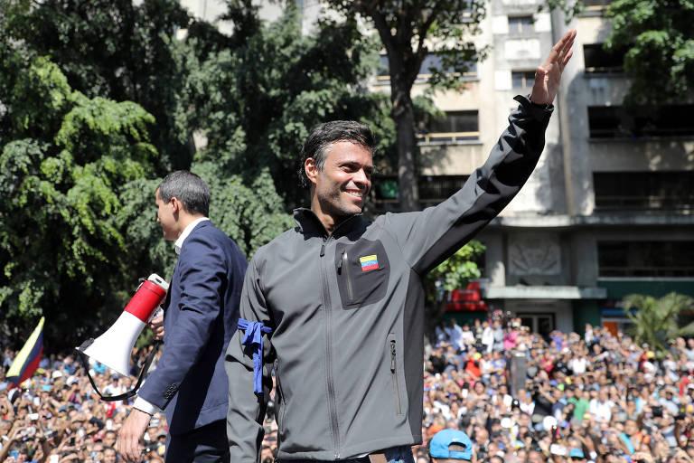 O opositor venezuelano Leopoldo Lopez (de cinza) ao lado de Juan Guaidó diante de apoiadores em Caracas nesta terça (30)