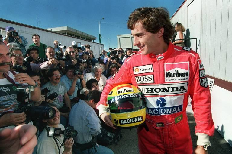 Ayrton Senna posa para fotógrafos antes de GP em 1991