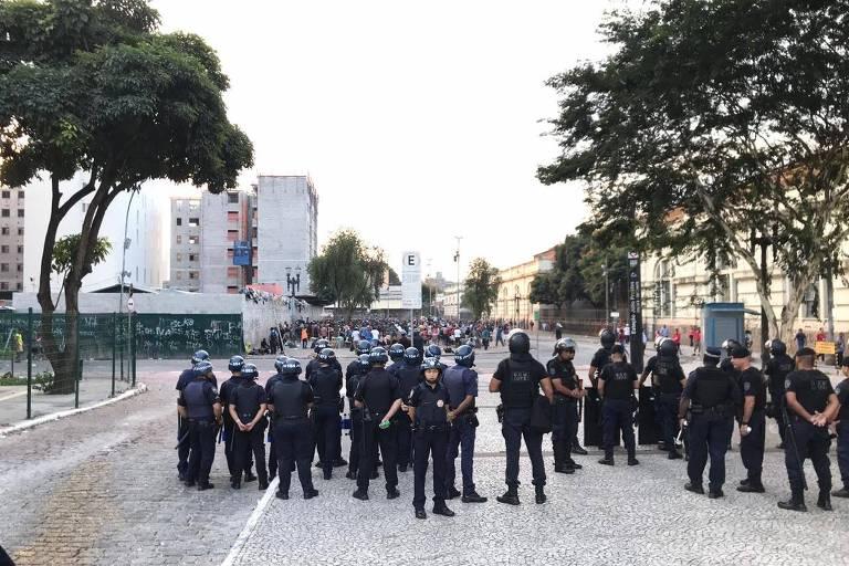GCMs cercam o fluxo na Cracolândia, em frente à estação Júlio Prestes, no centro de SP